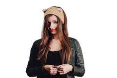 Jolie jeune femme utilisant un chapeau beige tricoté à la main sur le fond blanc D'isolement Belle fille dedans avec l'aileron d' images libres de droits