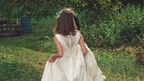 Jolie jeune mariée venant pour se toiletter et entourer lentement banque de vidéos