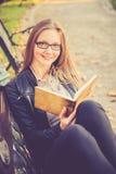 Jolie lecture de fille photo stock