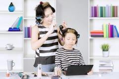 Jolie mère et sa fille avec des rouleaux Photo stock