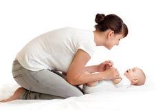 Jolie mère faisant la gymnastique son enfant en bas âge de chéri Image libre de droits