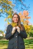 Jolie Madame en Autumn Fashion Holding Dry Leaves photo stock