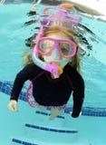 Jolie natation d'enfant dans la piscine Photos stock