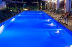 Jolie piscine dans la nuit à une station de vacances locale Image libre de droits