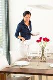 Jolie préparation de salle à manger de table de configuration de femme photographie stock libre de droits