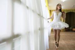 Jolie pratique en matière de danseur classique de fille photos libres de droits