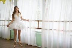Jolie pratique en matière de danseur classique de fille images stock
