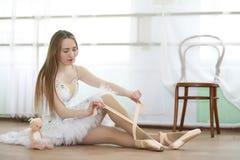 Jolie pratique en matière de danseur classique de fille photo libre de droits