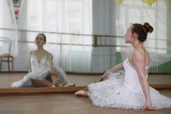 Jolie pratique en matière de danseur classique de fille photographie stock