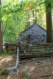Jolie structure dans l'arrangement rural avec la vieille clôture du bois Photographie stock libre de droits