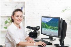 Jolie table de montage de jeune femme photo stock