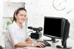 Jolie table de montage de jeune femme photo libre de droits