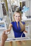 Jolie vendeuse Returning Credit Card au client Image libre de droits