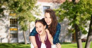 Jolies adolescentes de sourire heureuses ayant l'amusement Photographie stock libre de droits