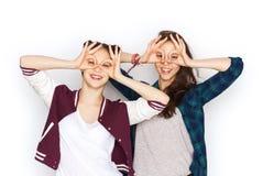 Jolies adolescentes de sourire heureuses ayant l'amusement Images libres de droits