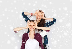 Jolies adolescentes de sourire heureuses ayant l'amusement Photographie stock