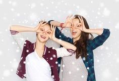 Jolies adolescentes de sourire heureuses ayant l'amusement Photo libre de droits