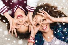 Jolies adolescentes de sourire heureuses ayant l'amusement Photos libres de droits