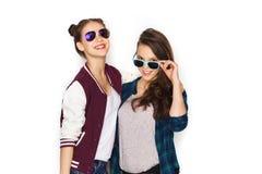 Jolies adolescentes de sourire heureuses dans des lunettes de soleil Images stock