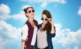 Jolies adolescentes de sourire heureuses dans des lunettes de soleil Photo stock