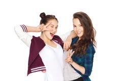 Jolies adolescentes heureuses montrant le signe de main de paix Photographie stock libre de droits