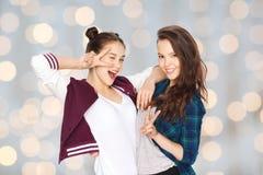 Jolies adolescentes heureuses montrant le signe de main de paix Photo libre de droits