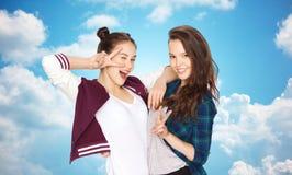 Jolies adolescentes heureuses montrant le signe de main de paix Images libres de droits