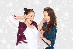 Jolies adolescentes heureuses montrant le signe de main de paix Images stock