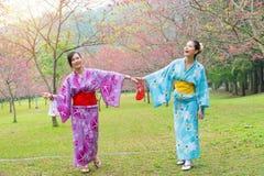 Jolies amies heureuses de pair joyeuses Photos libres de droits