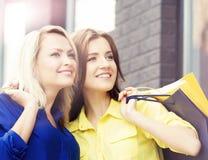 Jolies femmes avec des paniers dehors Image libre de droits