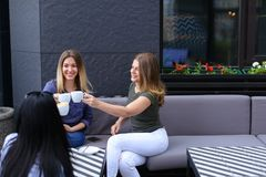 Jolies femmes buvant du café au café et au repos Photos stock