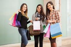 Jolies femmes faisant beaucoup d'achats Image libre de droits