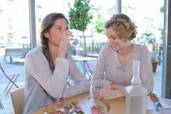 Jolies femmes prenant le déjeuner dans le restaurant Images libres de droits