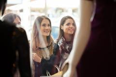 Jolies femmes regardant un affichage de fenêtre de magasin Photo libre de droits
