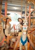 Jolies filles asiatiques allant au parc d'attractions Photos stock
