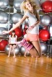 Jolies filles au centre de fitness Image stock