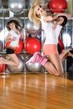 Jolies filles au centre de fitness Images stock