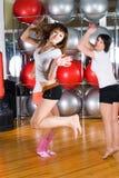 Jolies filles au centre de fitness Photo stock