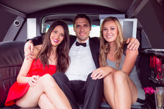Jolies filles avec l'homme de dames dans la limousine Photo stock