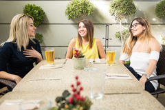 Jolies filles buvant de la bière Photos libres de droits