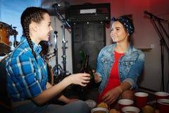 Jolies filles buvant de la bière en partie de boîte de nuit Photo stock