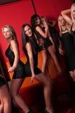 Jolies filles dansant dans la boîte de nuit Photos stock