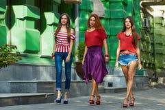 Jolies filles de soeurs sur la rue de ville Photographie stock