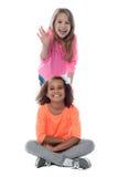 Jolies filles de sourire posant ensemble Photographie stock libre de droits
