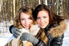 Jolies filles en forêt de l'hiver Photos stock