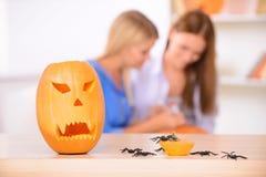 Jolies filles se préparant à la partie de Halloween Photographie stock libre de droits