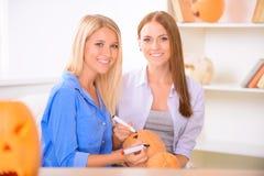Jolies filles se préparant à la partie de Halloween Photos stock