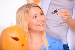 Jolies filles se préparant à la partie de Halloween Image libre de droits