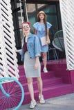 Jolies filles se tenant sur le porche de la maison Images stock