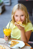 Jolies filles souriant en buvant du jus et Photos libres de droits